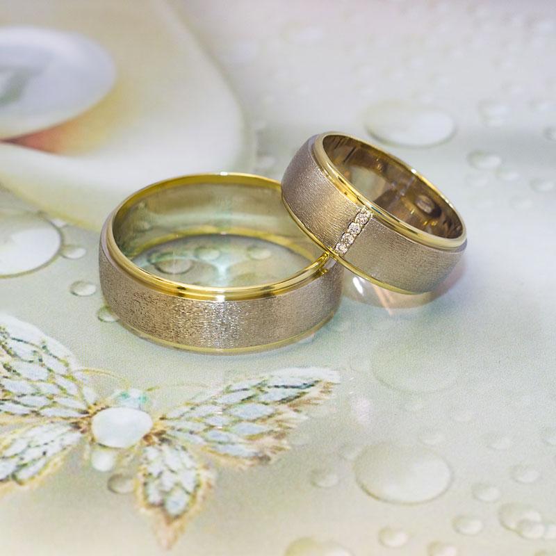 Кольца-из-белого-и-желтого-золота-с-матированием-и-бриллиантами